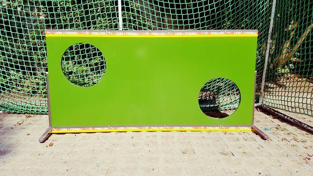 Upcycling in Perfektion: Unser Meister Decker verwandelt eine alte Tischplatte in eine Torwand.