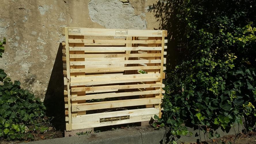 Aus alten Paletten haben die Schüler einen weiteren Kompost für unsere Schule gebaut. Mit viel Eifer wurde in den letzten Wochen gesägt und gehämmert. Nun ist der Kompost bereit, unsere Abfälle in neue Erde zu verzaubern.